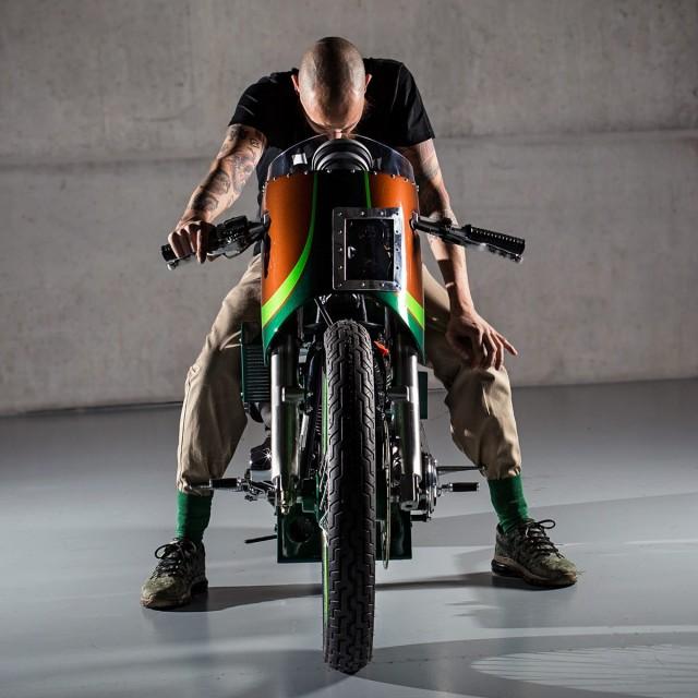 A motocicleta apresenta um DNA esportivo, porém, é praticamente impossível enquadrar ela em um estilo específico.