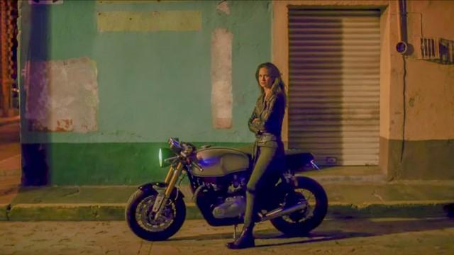 """Neste outro take do filme """"Outlaws"""" da Belstaff é possível ver o estilo cafe racer da nova Triumph"""